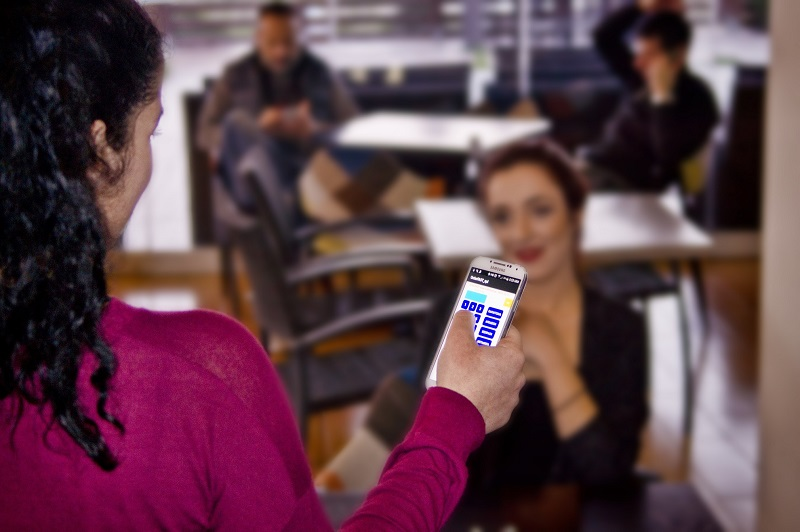 Σερβιτόρα παίρνει παραγγελία με την ασύρματη παραγγελιοληψία OrderFAST σε Android στη Ρόδο