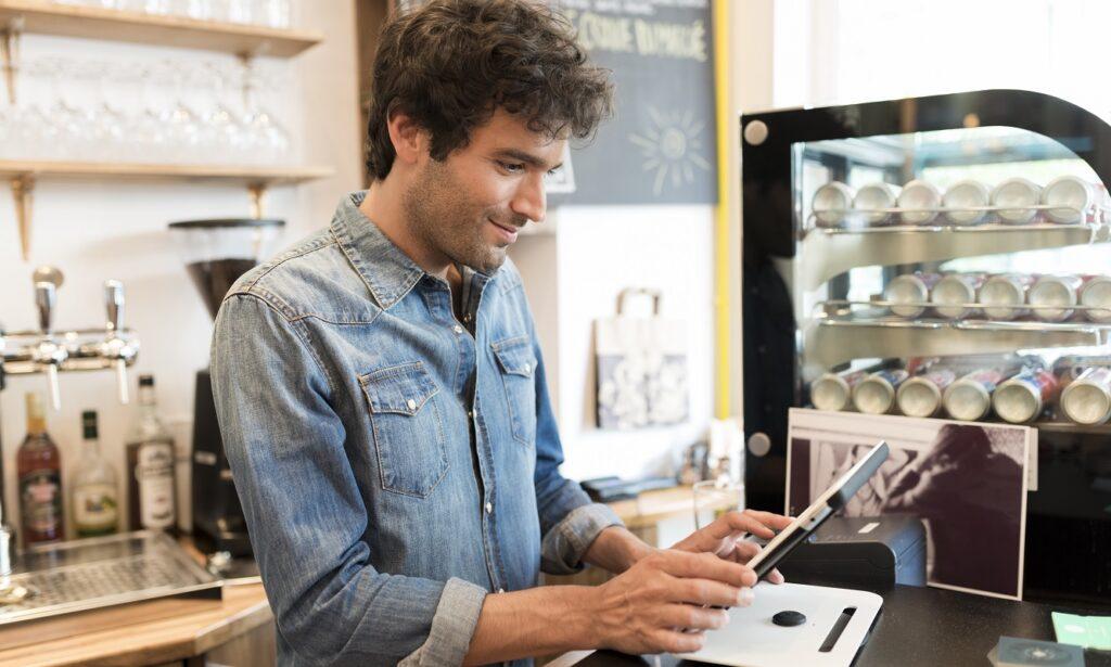Επιχειρηματίας παρακολουθεί την επιχείρηση του με την ασύρματη παραγγελιοληψία OrderFAST σε Android στη Ρόδο